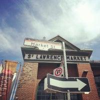 Foto tomada en St. Lawrence Market (South Building) por Sandra C. el 8/19/2012