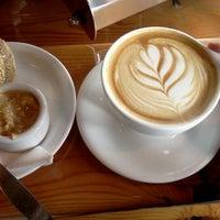 Снимок сделан в Water Avenue Coffee Company пользователем Sera F. 6/1/2012