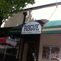 5/23/2012 tarihinde Joshua D.ziyaretçi tarafından Rogue Ales Public House & Distillery'de çekilen fotoğraf
