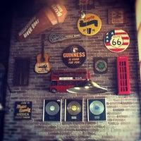 Foto diambil di Life Pub oleh Ivan M. pada 8/30/2012