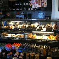 Foto tirada no(a) Starbucks por Troy C. em 7/2/2011