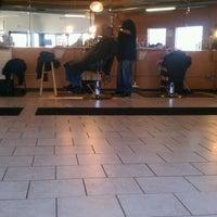 11/30/2011 tarihinde JL J.ziyaretçi tarafından Lifestyles Barber and Sneaker Shop'de çekilen fotoğraf
