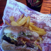 Foto tomada en Red Robin Gourmet Burgers and Brews por Jessica B. el 8/4/2012