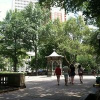 Das Foto wurde bei Rittenhouse Square von Karen A. am 7/21/2012 aufgenommen