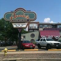 Das Foto wurde bei Annie's Cafe & Bar von Stephanie J. am 7/5/2012 aufgenommen