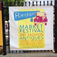 รูปภาพถ่ายที่ Randolph Street Market โดย Margi H. เมื่อ 5/26/2012