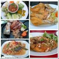 10/14/2012 tarihinde Narongsak T.ziyaretçi tarafından Waterside Resort Restaurant'de çekilen fotoğraf