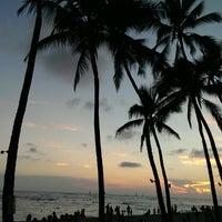 Снимок сделан в Duke's Waikiki пользователем Iris Y. 10/27/2013