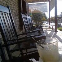 Foto tomada en Moonshine Patio Bar & Grill por Rebecca N. el 11/21/2012