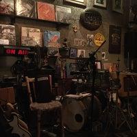 Photo prise au Adhere the 13th Blues Bar par Ammy C. le3/24/2018