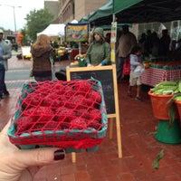 Foto tomada en 14th and U Farmer's Market por Tammy G. el 10/12/2013