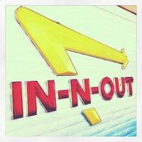 Photo prise au In-N-Out Burger par Sarah B. le12/26/2012