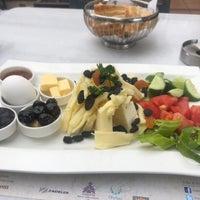 Foto tomada en Mihri Restaurant & Cafe por Vehbi S. el 10/8/2018