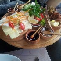 Foto diambil di La Vraie Ambiance Cafe & Restaurant oleh Sena A. pada 10/24/2012