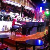 Das Foto wurde bei Shout House Dueling Pianos von @zaibatsu R. S. am 10/22/2012 aufgenommen