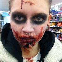รูปภาพถ่ายที่ Walgreens โดย Kelly .. เมื่อ 10/31/2012