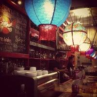 Foto tomada en i Latina Restaurante por Monica M. el 9/30/2012