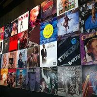 รูปภาพถ่ายที่ Vinyl Social Food & Drink โดย Shelly เมื่อ 8/26/2013