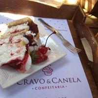 Foto tirada no(a) Cravo e Canela Confeitaria por Fabiano M. em 8/7/2013