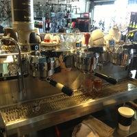 Foto tirada no(a) Cafe Velo por Russ W. em 4/15/2013