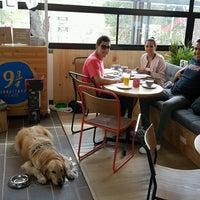 Foto tomada en Librería 9 3/4 Bookstore + Café por Kmilo V. el 3/4/2017