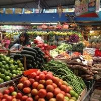 Foto tomada en Plaza de Mercado de Paloquemao por Kari G. el 1/5/2013