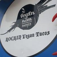 รูปภาพถ่ายที่ Vegan Nom Truck โดย C K. เมื่อ 4/19/2014