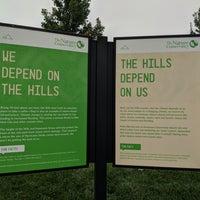 Das Foto wurde bei The Hills von Mandy M. am 7/31/2018 aufgenommen