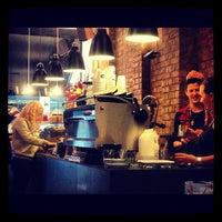 10/21/2012 tarihinde Tatiana L.ziyaretçi tarafından Kaffeine'de çekilen fotoğraf