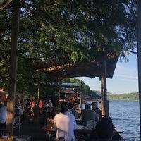 Das Foto wurde bei Ski Shores Waterfront Cafe von Faisal am 5/5/2018 aufgenommen