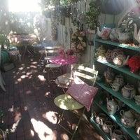 Foto scattata a English Rose Tea Room da Tracy F. il 11/29/2013