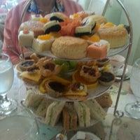 Foto scattata a English Rose Tea Room da Tracy F. il 11/5/2013
