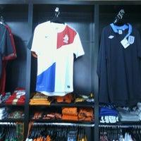 Das Foto wurde bei Pro Soccer Store von Danny M. am 3/17/2013 aufgenommen