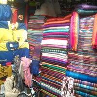 Foto tirada no(a) Mercado Artesanal La Mariscal por Maria J. em 9/28/2014
