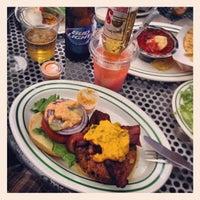 รูปภาพถ่ายที่ Mother Burger โดย Erlton M. เมื่อ 5/18/2013