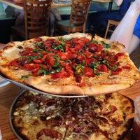 Foto tomada en West Crust Artisan Pizza por Robert S. el 6/27/2013