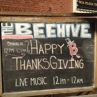 รูปภาพถ่ายที่ Beehive โดย Nina T. เมื่อ 11/22/2012