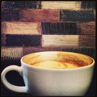 4/20/2013 tarihinde Aaron D.ziyaretçi tarafından Bird Rock Coffee Roasters'de çekilen fotoğraf