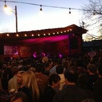 Das Foto wurde bei Scoot Inn von Joe N. am 3/12/2013 aufgenommen
