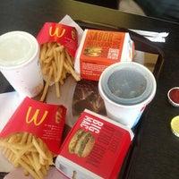 Foto tomada en McDonald's por Claudia M. el 10/6/2012