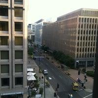 Foto tirada no(a) St. Gregory Hotel por Kevin L. em 4/20/2012