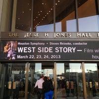 Das Foto wurde bei Jones Hall von Jessica H. am 3/25/2013 aufgenommen