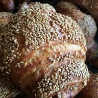 Foto diambil di Levain Bakery oleh Joy M. pada 4/9/2015