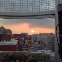 Снимок сделан в Beacon Sky Bar пользователем Michael P. 8/29/2013