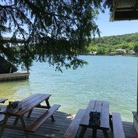 Das Foto wurde bei Ski Shores Waterfront Cafe von Travis K. am 5/18/2018 aufgenommen