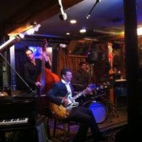 Das Foto wurde bei Smalls Jazz Club von soul am 10/13/2012 aufgenommen