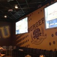 8/29/2013 tarihinde Tanner H.ziyaretçi tarafından Burger U'de çekilen fotoğraf