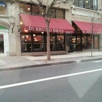 Foto scattata a Di Bruno Bros. da Mike B. il 12/16/2012
