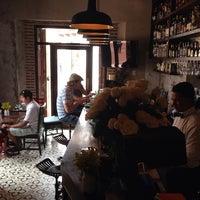 Das Foto wurde bei EL BARÓN - Café & Liquor Bar von Kim R. am 7/15/2014 aufgenommen
