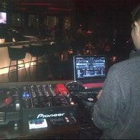 Foto tirada no(a) Burgundy Bar & Lounge por Ruffie D. em 7/30/2013